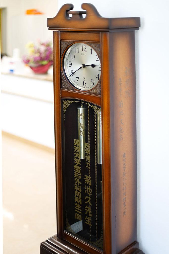 先代から医院に設置されている振り子時計